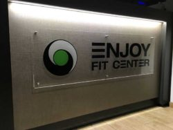 Decor-Grafica-Insegna-Trasparente-Con-Prespaziati-Enjoy-Fit-Center